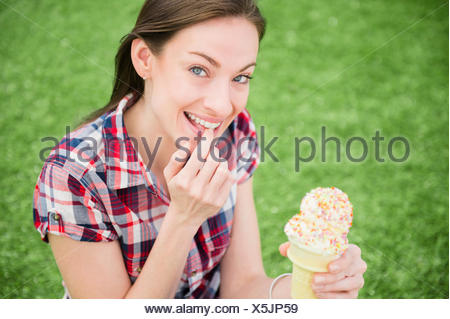 Portrait of woman eating ice cream cone Banque D'Images