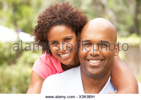 Young Couple Relaxing In Garden Banque D'Images