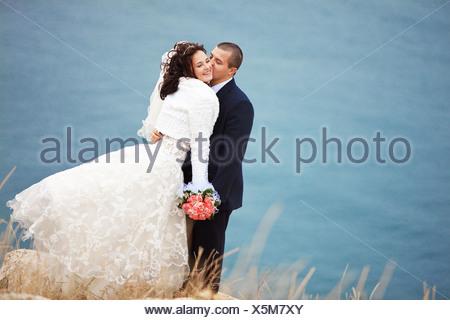 Kissing wedding couple séjournant plus beau paysage Banque D'Images