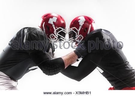 Les deux joueurs de football américain combats sur fond blanc Banque D'Images