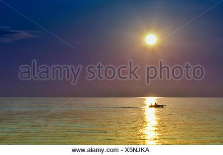 USA, Indiana, l'Indiana Dunes State Park, New Trail, Furnessville, bateau à voile au coucher du soleil au lac Michigan Banque D'Images