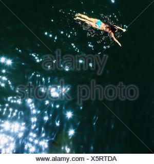 Une femelle nageur dans la Fédération, la rivière Monte Rio, en Californie Banque D'Images