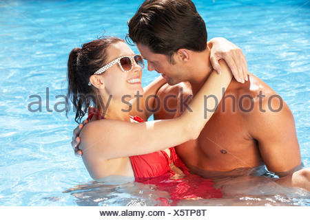 Couple In swimming pool Banque D'Images