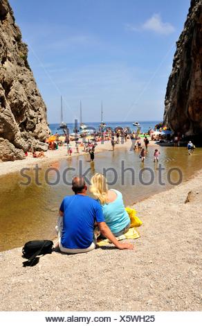Couple sur la plage Platja de Torrent de Pareis, Sa Calobra, Majorque, Îles Baléares, Espagne, Europe Banque D'Images