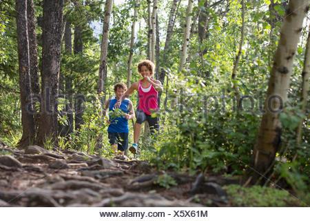 Couple en marche sur un sentier dans les bois Banque D'Images