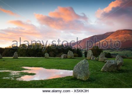 Cercle de pierres de Castlerigg dans Cumbria au lever du soleil Banque D'Images