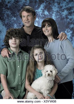 Portrait d'une famille avec poodle Banque D'Images