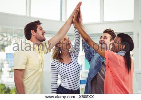 Professionnels équipe de création donnant un geste de motivation Banque D'Images