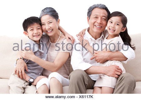Heureux grands-parents et petits-enfants dans couch Banque D'Images