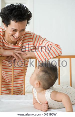 Père Fils en regardant bébé Banque D'Images