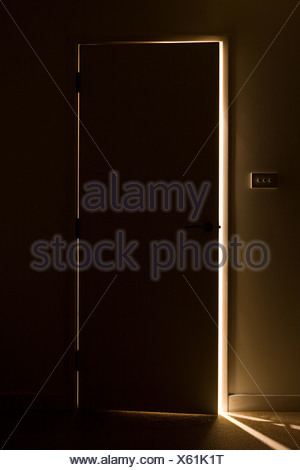 La lumière à travers l'écart d'une porte ouverte