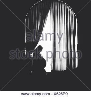 Vue latérale d'une enceinte Woman Banque D'Images