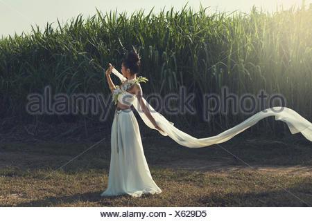 Femme glamour en robe blanche Banque D'Images