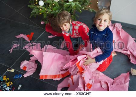 Deux garçons unwrapping Christmas presents, portrait Banque D'Images