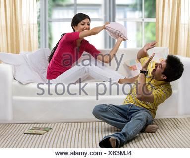 Frère et sœur s'amusant Banque D'Images