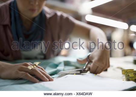 Designer de mode féminine en tissu avec des ciseaux de coupe Banque D'Images