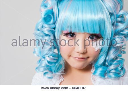 Portrait jeune femme en costume de poupée