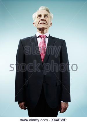 Un élégant hauts homme portant un costume et cravate paisley rose Banque D'Images