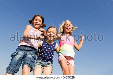 Les filles jouent ensemble à l'extérieur Banque D'Images
