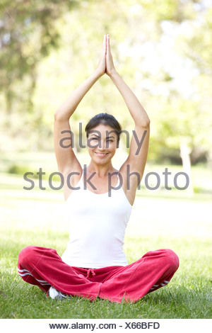 Young Woman Doing Yoga in Park Banque D'Images