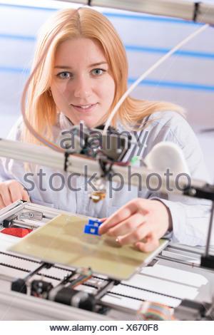 Parution du modèle. À l'aide d'une technicienne de l'imprimante 3d. Banque D'Images