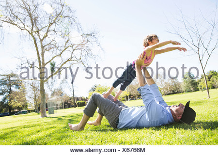 Mid adult man Playing with daughter in park Banque D'Images