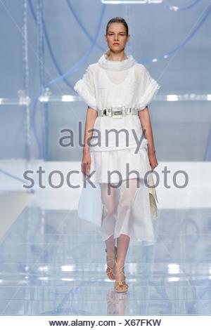 ... Fendi Milan Prêt à porter printemps été femme brune cheveux modèle  raclés retour portant une robe fa6f3e2718e