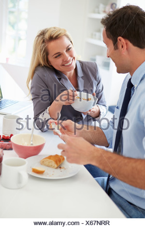 Couple de prendre le petit déjeuner ensemble avant de quitter pour le travail Banque D'Images