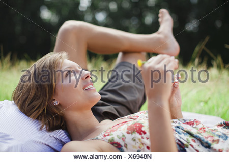 Couple laying in domaine ensemble Banque D'Images