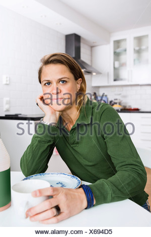 Woman drinking coffee at home Banque D'Images