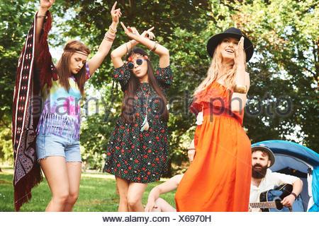 Trois jeunes femmes boho danser ensemble au festival Banque D'Images
