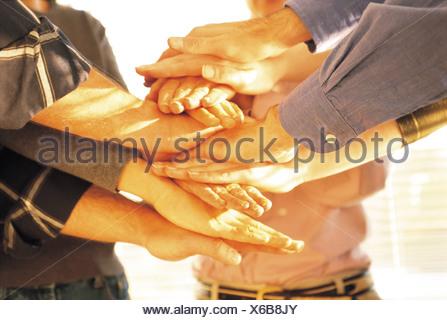 Groupe de personnes MAIN REPOSANT SUR UNE AUTRE. Banque D'Images