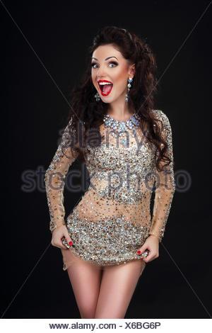 Cheerful Woman en argent brillant robe Stagy s'Amusant Banque D'Images