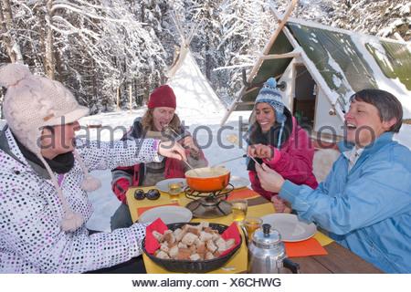 Fondue, bivouac, Jura, hiver, canton, JU, Jura, sports d'hiver, nourriture, manger, hutte, maison de montagne, chalet de montagne, fromage, Switzerla Banque D'Images