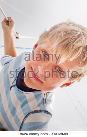 Portrait de garçon sur voilier Banque D'Images