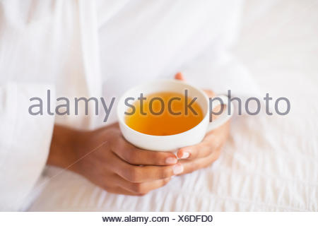 Close up woman holding cup of tea Banque D'Images