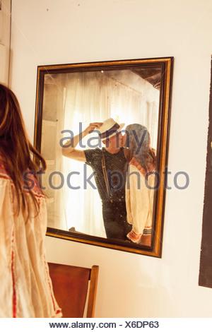 La réflexion en miroir du couple kissing Banque D'Images