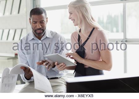 Des collègues de l'examen de documents et l'utilisation de tablet pc Banque D'Images