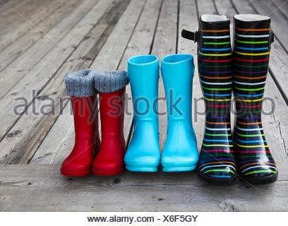 Trois paires de bottes de pluie colorées Banque D'Images