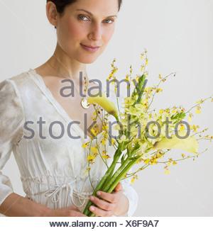Woman holding bouquet de fleurs Banque D'Images
