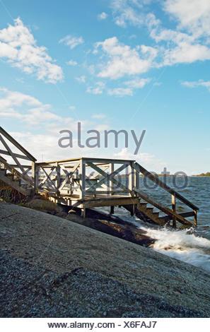 La Suède, l'Uppland, Fejan, escalier en bois menant à la mer