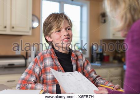 Boy smiling in kitchen Banque D'Images