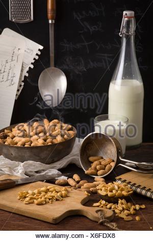 Arachides séchées sur la table. Recette avec du lait et des arachides ingrédients Banque D'Images