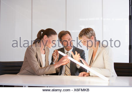 Les gens d'affaires à la lumière brillante et à Banque D'Images
