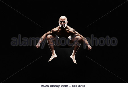 Man jumping mid air Banque D'Images