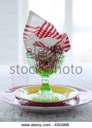 La Scandinavie, la Suède, Stockholm, serviette en verre avec plaques sur table, close-up Banque D'Images