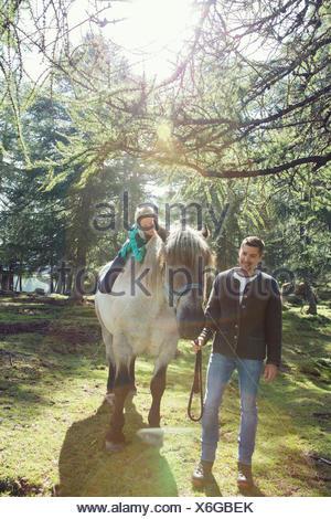 Couple in woodland équitation, Tirol, Autriche, Europe Banque D'Images