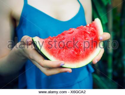 Woman holding tranche de pastèque Banque D'Images
