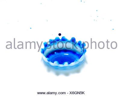 L'impact des gouttelettes d'encre haut-débit technique photographique montrant coronet qui forme après une gouttelette frappe la surface d'un liquide Banque D'Images