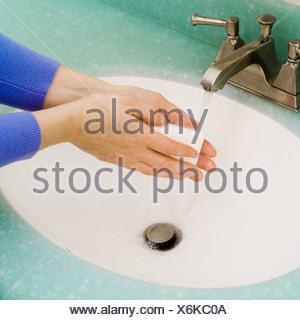 Libre de se laver les mains au lavabo de la salle de bains Banque D'Images